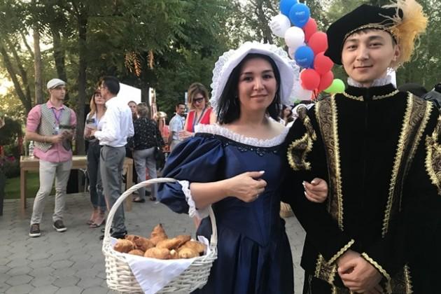 Под сенью Собора Парижской богоматери – в Алматы отпраздновали день взятия Бастилии