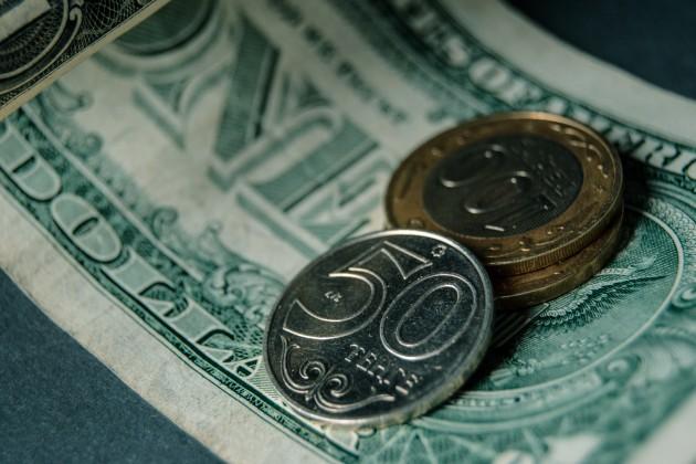 Нацвалюта начала торги с отметки 380 за доллар