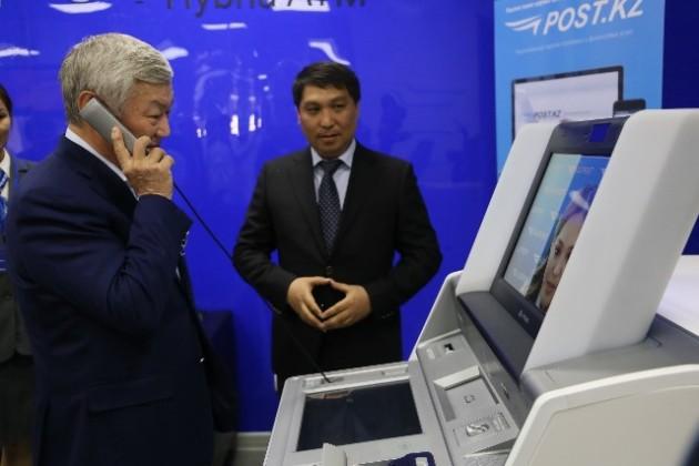 Робот обслуживает вАктобе посетителей почтового отделения