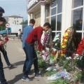 Актюбинцы несут цветы к местам терактов