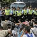 Столкновения протестующих с полицией возобновились в Гонконге