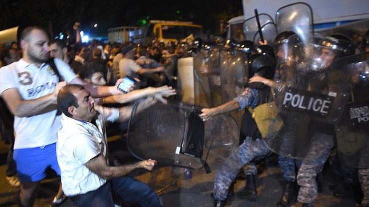 ВЕреване при разгоне демонстрантов пострадали около 30 человек