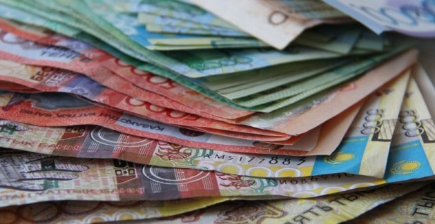 Каждый третий казахстанец хранит деньги под матрацем