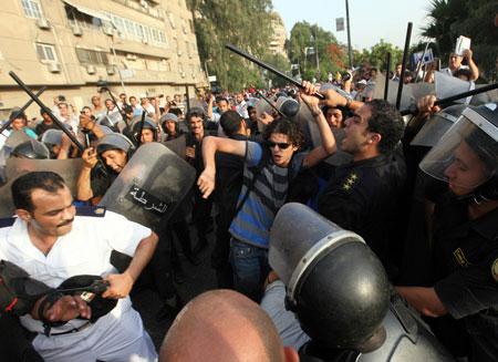 Более 100 человек погибли при столкновениях в Каире