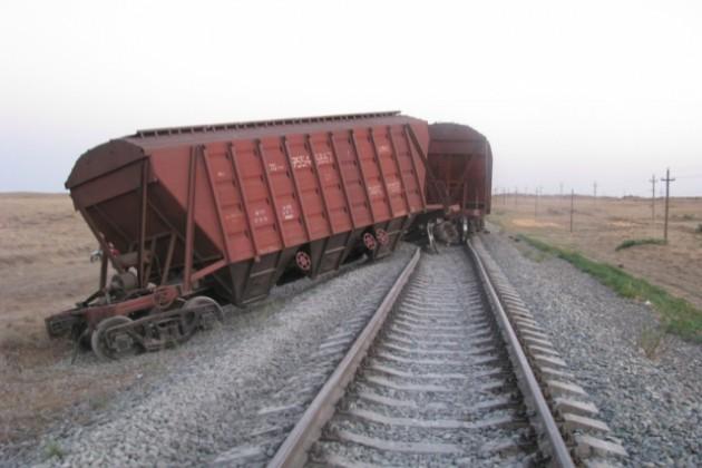 6 вагонов грузового поезда сошли с рельсов