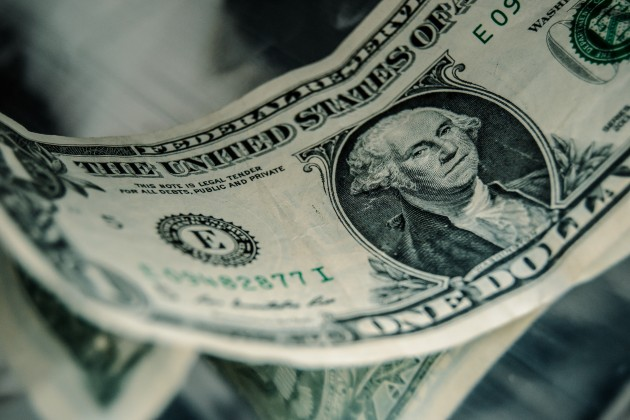 Доллар закрыл торги на отметке 383 тенге