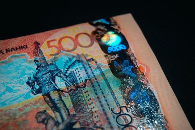 Доллар торгуется возле отметки в 385 тенге