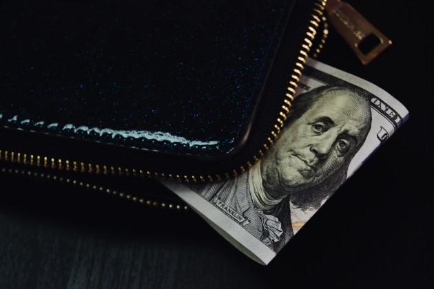 Доллар торгуется возле отметки 388 тенге
