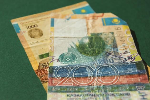 Тенге незначительно снижается к доллару
