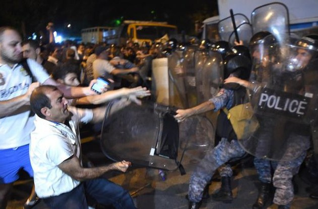 Число пострадавших при разгоне демонстрантов в Ереване достигло 60