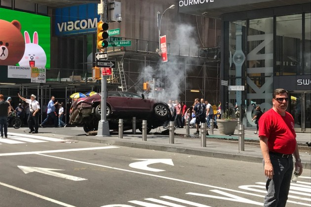 Автомобиль врезался втолпу прохожих наТаймс-сквер